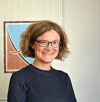 Prof'in Dr. Gabi Schierning untersucht in einer neuen Studie, wie sich thermoelektri-sche Bauelemente fertigen lassen, die ohne das seltene Element Tellur auskommen. Foto: Universität Bielefeld