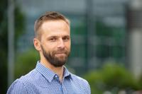 Prof. Dr. Dmitry Turchinovich von der Universität Bielefeld ist einer der beiden Leiter der Studie. Er erforscht, wie sich Graphen künftig in der Elektrotechnik nutzen lässt. Foto: Universität Bielefeld/M.-D. Müller