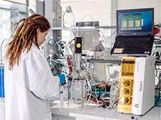 Die Themenfelder Mensch-Maschine-Interaktion und Biotechnologie sind zwei von sechs Themenfelder, in denen der Think Tank OWL innovative Kollaborationen zwischen Forschenden auf dem Campus Bielefeld und Unternehmen anstößt. Fotos: BRIC